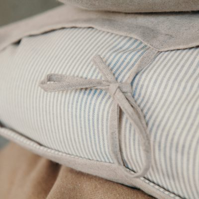 Cuscino color beige con righetta blu