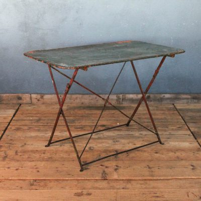 Tavolino da bistrò pieghevole in ferro rettangolare.