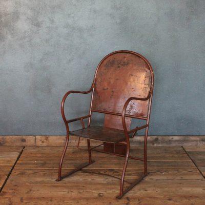 Sedie rosse in metallo dei primi del '900 non piegabili