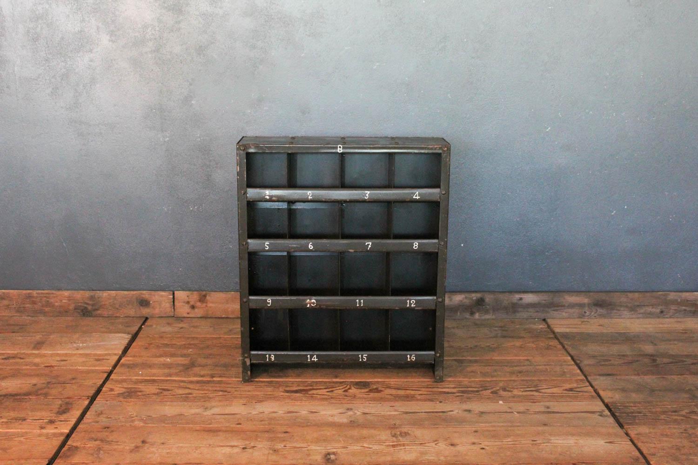 Cassettiera in ferro anni \'40 con 16 scompartimenti - LA CENTRALE