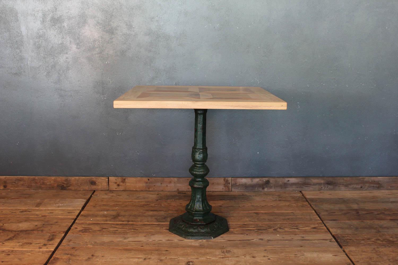 Tavolo composto con una base in ghisa lavorata e piano in legno di recupero
