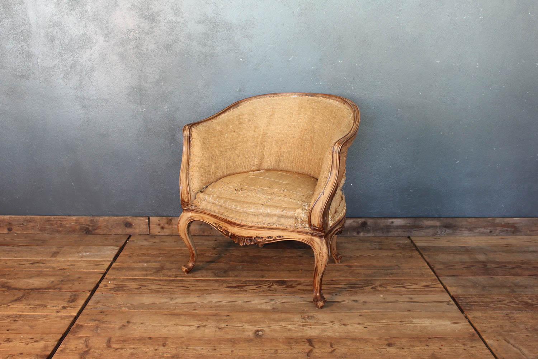 Poltroncina in stile 1700 in legno di abete e rivestimento color paglia