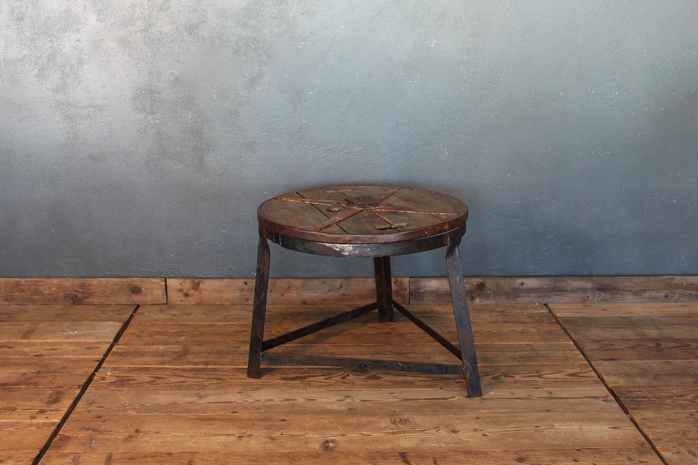 Tavolino industriale di riuso in ferro e legno
