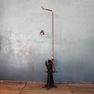Lampada realizzata con un faro da moto e una scrematrice da burro dei primi del '900