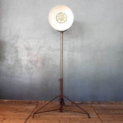 Lampada industriale realizzata con materiali di recupero in ferro