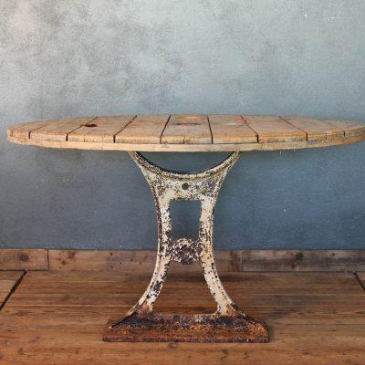 Tavolo con basamento in ghisa e piano di riuso industriale