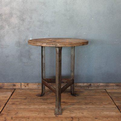 Tavolino in ghisa a tre gambe e piano in legno di recupero