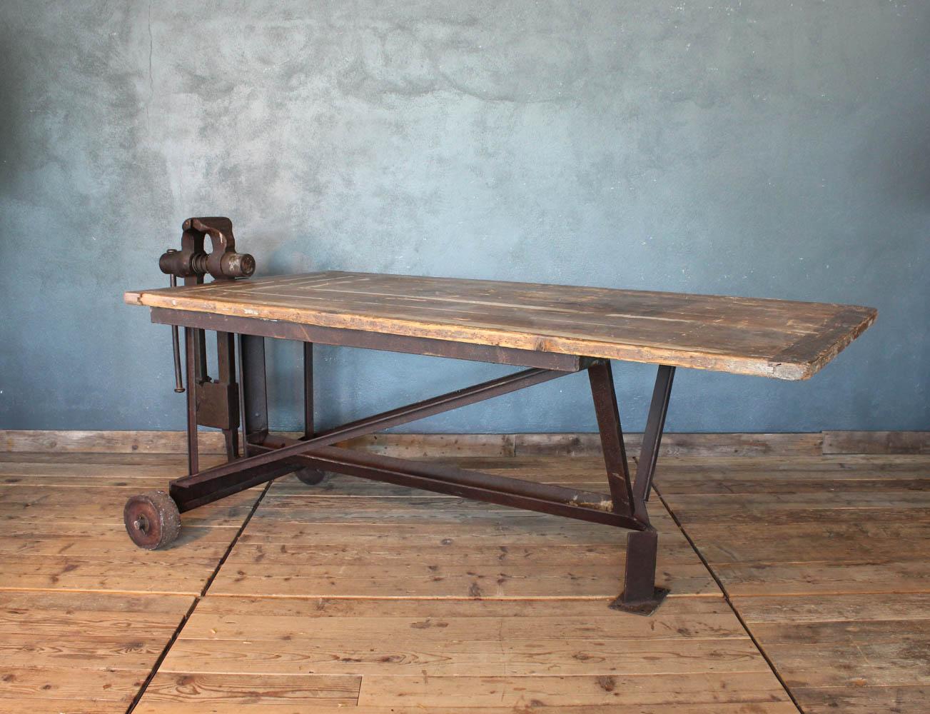 Tavolo industriale in ferro e legno con morsa