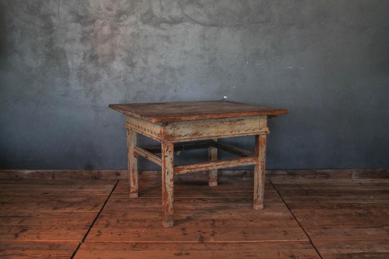 Vecchio tavolo in legno quadrato colore verde