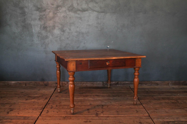 Tavolo Con Gamba Centrale tavolo in legno di larice fine '800 con gambe tornite - la