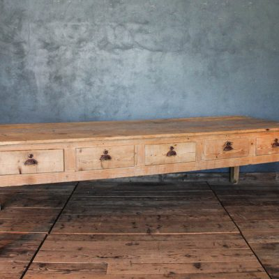 Tavolo in abete da colonia con dieci cassetti