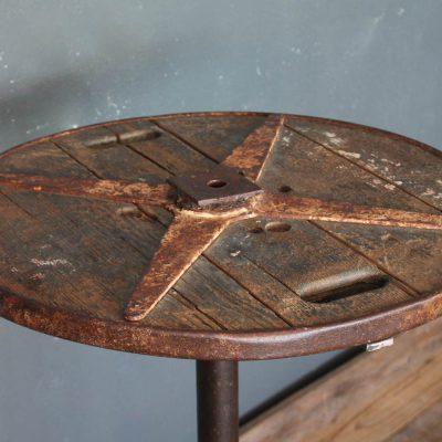 Tavolino in ferro composta da una base industriale e piano in legno recuperato