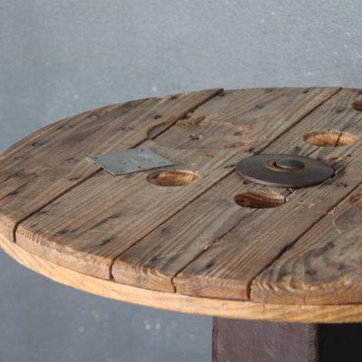 Tavolo industriale in metallo nero e legno
