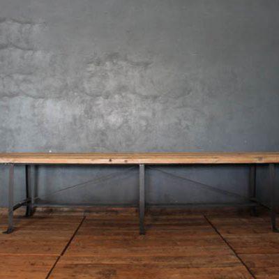 Tavolo industriale in ferro e assi in legno