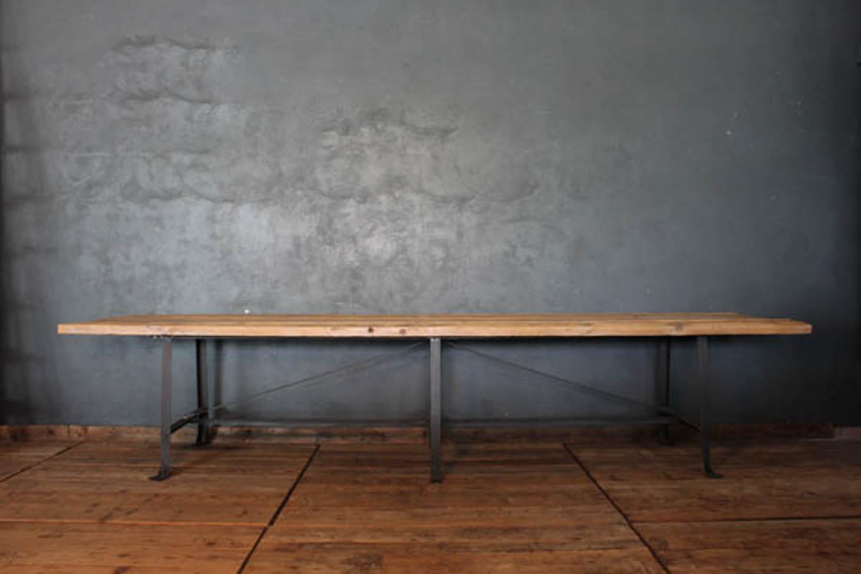 Tavolo industriale con base in ferro e piano in legno - LA CENTRALE