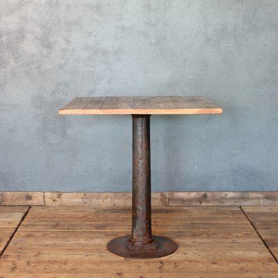 Tavolo quadrato con base in ghisa e piano in rovere