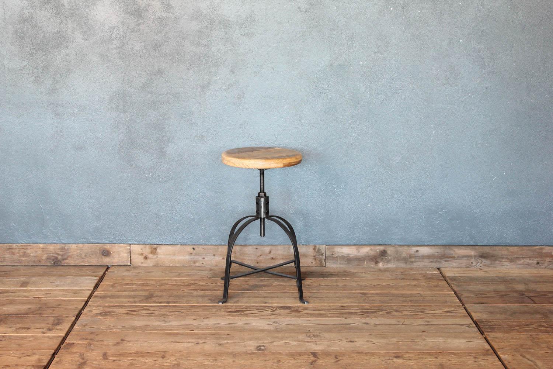 Sgabello industriale in ferro nero piatto con seduta in legno tornito