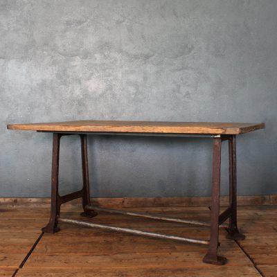 Tavolo industriale con base in ghisa e piano in legno di abete