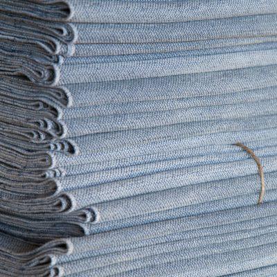Runner centrale in texture azzurra misura 220x42. 08 posti tavola.