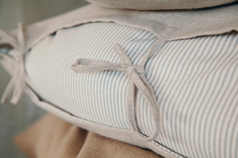Cuscino color beige con righetta blu